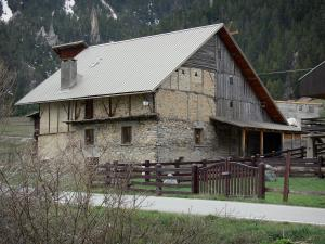 Cervières - Hamlet of Laus: stone chalet and wood