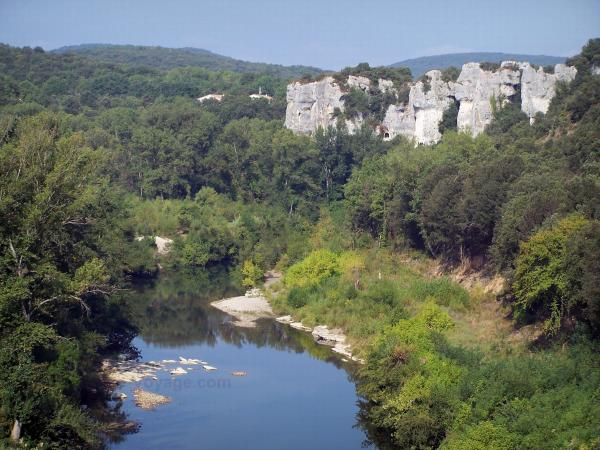 Cèze gorges - River Cèze bordered by shrubs and trees, cliffs dominating the set