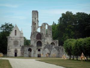 Chaalis royal abbey - Ancient Cistercian abbey: path, lawns, ruins of the abbey church, the Abbé chapel and trees