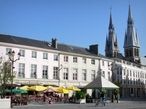 Châlons-en-Champagne - Houses and restaurant terrace of the Maréchal Foch square, and towers of the Notre-Dame-en-Vaux church (ancient collegiate church)