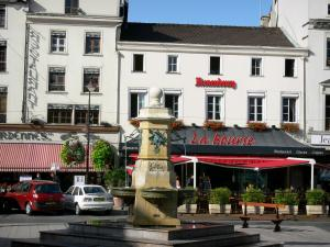 Châlons-en-Champagne - République square: fountain, houses and restaurants