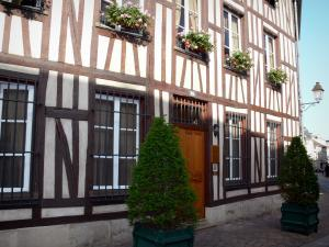 Châlons-en-Champagne - Timber-framed house and windows decorated with flowers, shrubs in jars
