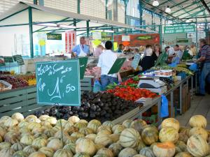 Châlons-en-Champagne - Covered market hall (fruits and vegetables stands, melons in foreground)