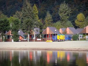 Chambon lake - Cottage, beach, lake and trees; in the Auvergne Volcanic Regional Nature Park, in the Monts Dore mountain area