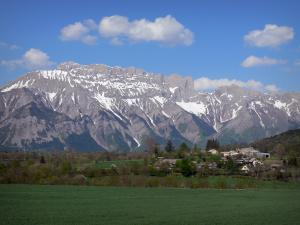 Champsaur valley - Meadows, trees and hamlet of the Champsaur valley with view of the Dévoluy mountain range