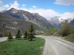 Champsaur valley - Twisting road with view of the mountains