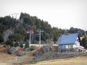 Chamrousse - Roche Béranger (Chamrousse 1750): chalet, rocks, trees and ski lift in autumn