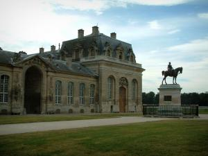 Chantilly - Lawn, path, statue and former stables