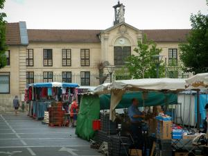 Chantilly - Square with a market and a building in background