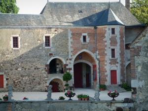 La Chapelle-d'Angillon castle - Castle home to the Alain-Fournier museum: inner courtyard and lodge with a turret