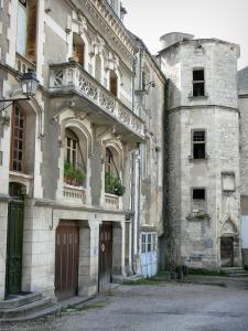 La Charité-sur-Loire - Tower of the prior's lodge and facades of the courtyard of the Castle
