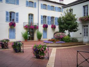 Charlieu - Facade of the town hall and square decorated with flowers