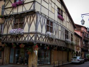Charlieu - Ancient timber-framed house with corbelled construction and windows decorated with flowers