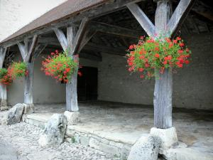 Charroux - Covered market hall with wooden pillars and geraniums (flowers)