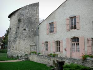 Charroux - Watchtower and facade of the house