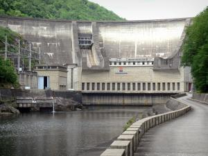 Chastang dam - View of the hydroelectric dam and the Dordogne downstream