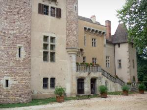 Château d'Aulteribe - Façade and stairs of the medieval castle; in Sermentizon