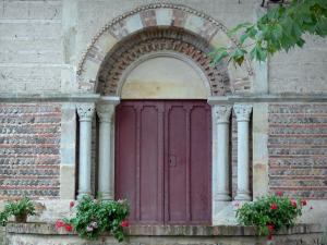 Château d'Aulteribe - Portal of the chapel of the castle and flower pots; in Sermentizon