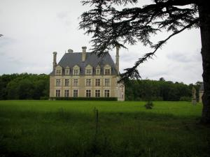 Château de Beauregard - Branches of a tree in foreground with view of the Château and the forest
