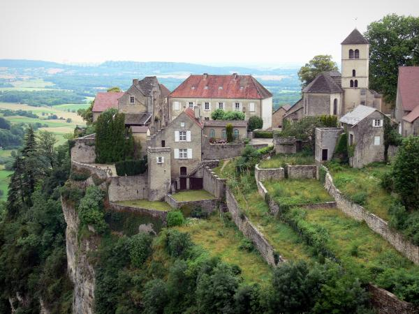 Château-Chalon - Cliffside village on its rocky mountain spur with its houses, its Saint-Pierre Romanesque church (bell tower) and its gardens
