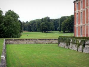 Château de Chamarande - Departmental Domain of Chamarande: facade of the château and moats, view of the park with trees and lawns