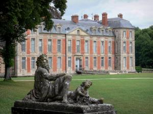 Château de Chamarande - Departmental Domain of Chamarande: sculpture (statue) of a stepped cascade in the foreground, lawns of the park and facade of the Louis XIII-style château