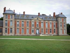 Château de Chamarande - Departmental Domain of Chamarande: facade of the Louis XIII-style château and alley lined lawns