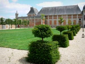 Château du Champ de Bataille - Cut shrubs, lawn and facade of the château; in the town of Le Neubourg
