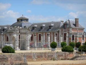 Château du Champ de Bataille - Facade of the château; in the town of Le Neubourg