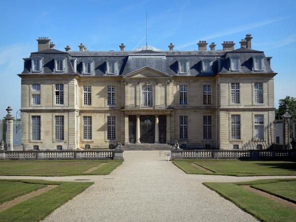 Château de Champs-sur-Marne - Facade of the castle of Classical style and alley lined with lawns