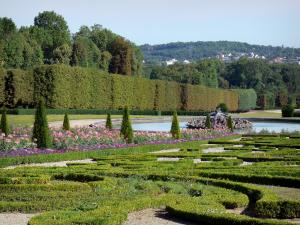 Château de Champs-sur-Marne - Park of the château: embroidery-like flowerbeds, pond and trees in the French-style formal garden