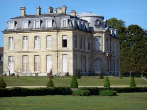Château de Champs-sur-Marne - Facade of the château of Classical style and lawns in the park