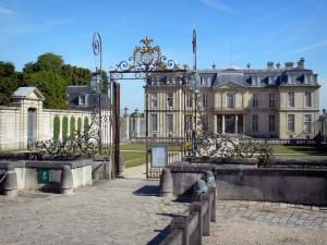 Château de Champs-sur-Marne - Entrance gate and front of the château of Classical style in the background