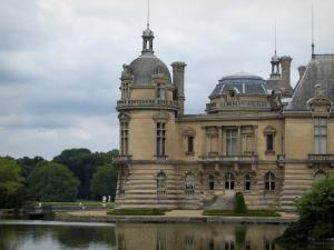 Château de Chantilly - Château, moats and trees of the park