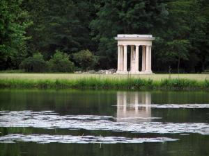 Château de Chantilly - Park: landscaped garden: Venus temple, expanse of water and trees