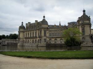 Château de Chantilly - Château home to the Condé museum, moats, lawn and path