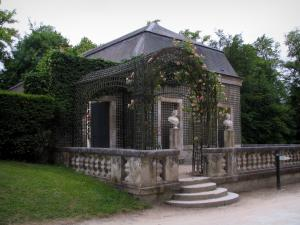 Château de Chantilly - Park: Sylvie's house, statues and arbour decorated with roses (climbing roses)