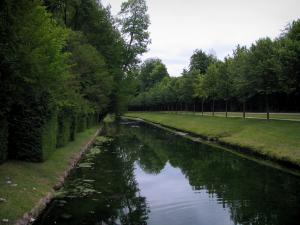 Château de Chantilly - Park: the Morfondus canal lined with lawns and trees