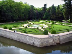 Château de Chenonceau - Catherine de Medici garden with its lake, its flowerbeds and its shrubs, trees and moats