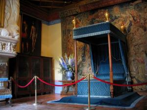 Château de Chenonceau - Inside of the castle: bedroom of Diane de Poitiers (four-poster bed and tapestry)