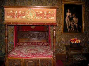 Château de Chenonceau - Inside of the castle: bedroom of Catherine de Medici (four-poster bed)