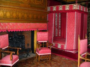 Château de Chenonceau - Inside of the castle: bedroom of César de Vendôme (four-poster bed and fireplace)