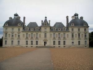Château de Cheverny - Path leading to the entrance to the Château of Classical style