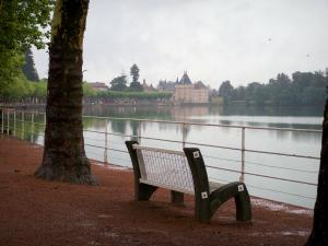 Château de La Clayette - Bench with view of the lake, Château and trees along the water
