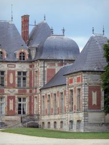 Château de Courson - Facade of the château; in the town of Courson-Monteloup