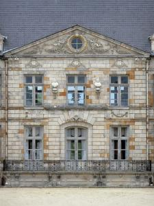 Château de Courson - Facade of the château topped by a triangular pediment; in the town of Courson-Monteloup