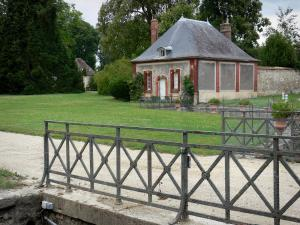 Château de Courson - Pavilion, lawn and alley; in the town of Courson-Monteloup