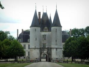 Château de Dampierre - Châtelet which boasts turrets leading to the castle and to the wooded park