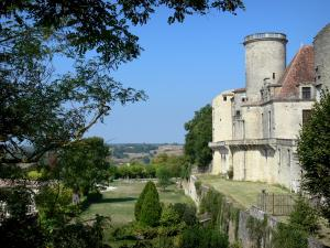 Château de Duras - Château and its tower overlooking the surrounding landscape