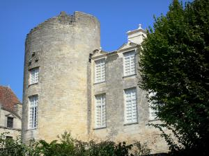 Château de Duras - Tower and facade of the château, tree in foreground